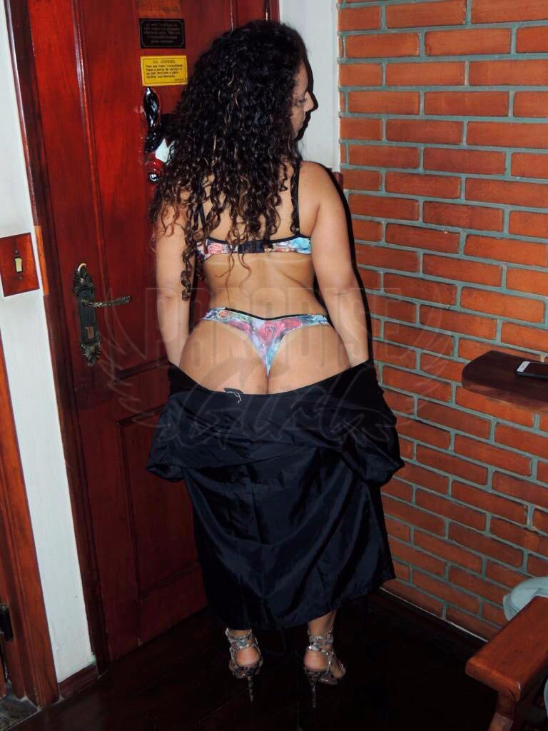 Vivi Nunes, uma acompanhante de luxo Morena e Natural de olhos Castanho escuro, que atende na cidade de Floripa
