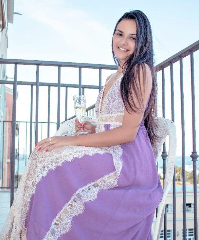 Samantha Slity, uma acompanhante de luxo Morena e Natural de olhos Castanho escuro, que atende na cidade de Floripa